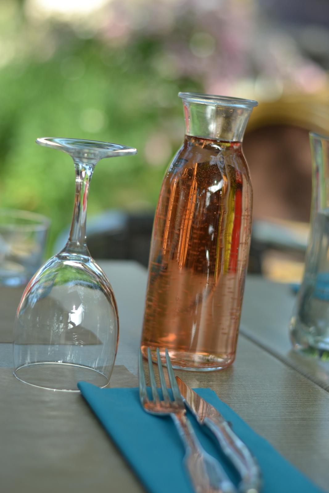 rosé en terrasse-Camping Le Muret